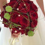 Foto: Brautstrauss mit roten Rosen und kleinen weissen Perlen
